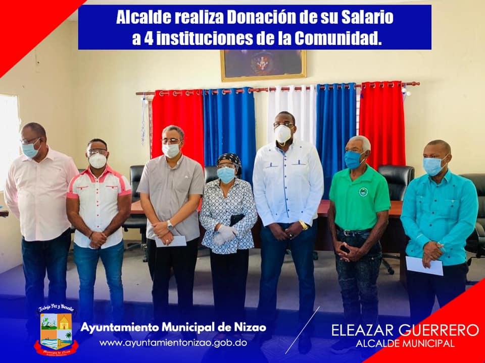 Alcalde entrega salario a instituciones de la comunidad de Nizao.